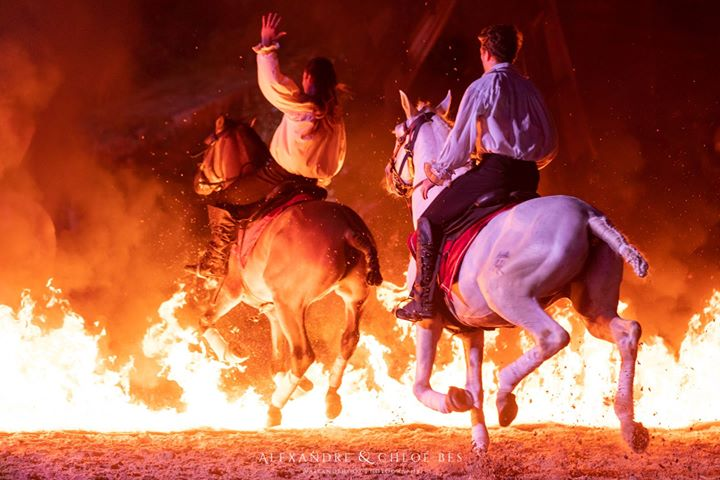 Deux cavaliers et des flammes